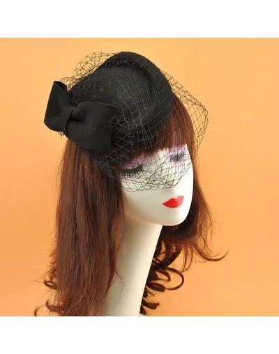 Chapeau avec noeud et voile...